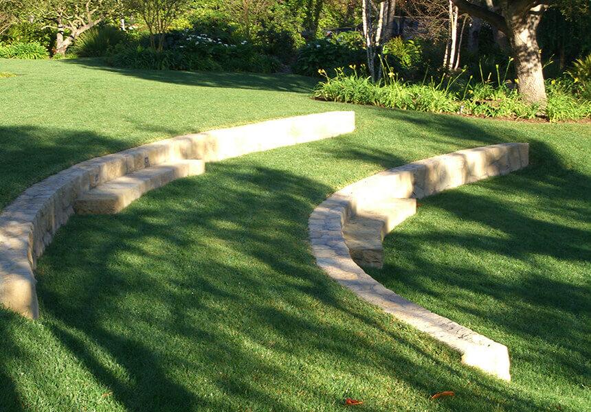 bancales terrazas en csped de jardn se muros para bancales o terrazas a zona con pendiente en csped zona sierra blanca marbella