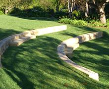 Parte de jardín con césped en dos bancales