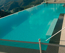 piscina con borde tipo cascada