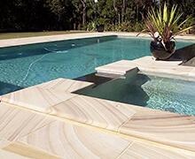 Lujosa piscina en jardín